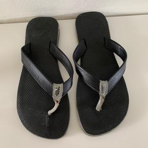 Havaianas herre klip klapper / sandaler str. 43-44. Remmene er læder. Sålen måler 29 cm. Kun brugt 3-4 gange, så de er i god stand. Kan sendes for 39 kr.