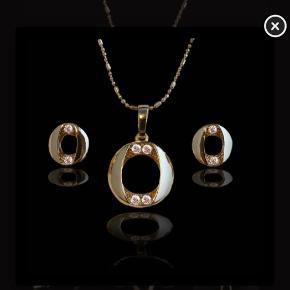 Super fint princess Madeleine smykkesæt belagt med 18 karat guld. Jeg har haft øreringene på 2 gange, men halskæden er kun prøvet på, da jeg ikke får gået med smykket vælger jeg at prøve at sælge det billigt. Giv et bud (: