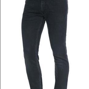 Acne jeans model Max Man Ray i fin condition. Str. 31/32. Et par ca. Mål alle målt fladt liggende. livet på tværs ca 38, fra skridtet og ned 82 og fuld længde 108, benåbningen 15. Der er lidt stræk i buksen, så de giver sig i livet.