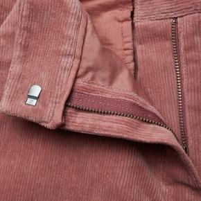Fine rosa fløjlsbukser. Kun brugt få gange. Har ikke været vasket. Sælges stadig til 1599 på Boozt Talje 2x40 Længde 103 Kun salg via køb nu Fast pris Ingen foto m på