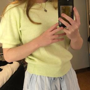 Sælger denne fede grønne strikket t-shirt med puf ærmer fra Vero Moda.  BYD endelig :))