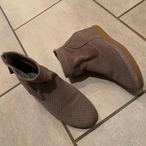 Fedeste støvle med kilehæl i ruskind og med den blødeste sål, så det føles som at svæve på en sky 😄 Sidder skønt på foden!  Jeg har ikke brugt den særlig meget, hvilket jeg også synes fremgår af selve støvlen og under sålen.