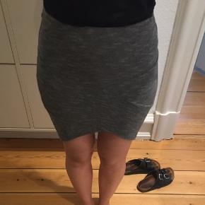 Super fin, stam og lårkort nederdel med asymmetri detaljer 😊