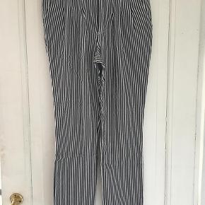 Varetype: Stribede bukser med kontrastknap Størrelse: 34 Farve: Navy/hvid Prisen angivet er inklusiv forsendelse.  Super skønne bukser med lækker pasform.         Kom med et bud :)