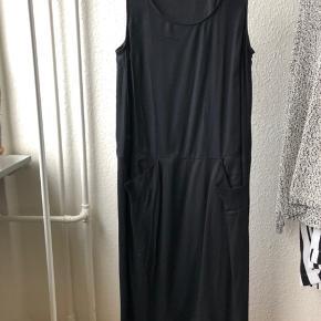 Lang kjole med lommer i siden fra Cos Er nærmest som ny  Se også mine andre annoncer 😊