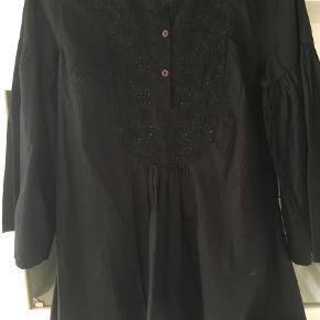 Varetype: Bluse / tunika NU NEDSAT Farve: Sort  Skøn bluse / tunika fra pureheart