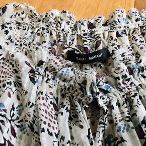 Smukkeste, fineste silke bluse i hvid, dyb rød og smuk blå farve. Lukkes med knap i halsen. Pris er excl porto.