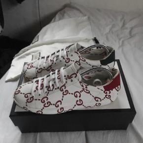 🔥🔥Du sparer 2300🔥🔥 Varetype: Sneakers Størrelse: 38 Farve: Hvid Oprindelig købspris: 5100 kr. Kvittering haves.  Jeg bruger størrelse 41 i normale sko og jeg kan stadig fint passe dem! Så hvis du bruger 40 ville du kunne passe dem