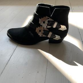 Fineste støvler fra Sofie Schnoor. Aldrig brugte og derfor helt som nye. Klassisk model med cool sølvspænder på siderne. Er åben for bud og sender gerne flere billeder, hvis det har interesse.