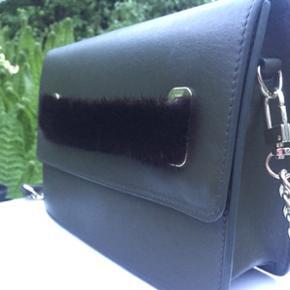 Kopenhagen fur cross bag / taske i smuk grøn farve med brun mink.  Ny pris: 3.600kr