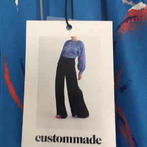 Helt ny bluse/topfra Custommade sælges. Blusen har en lille åbning foran som kan lukkes med en lille knap. Blusen har desuden vidde forneden. Super fint til et par jeans. Køber betaler Porto. Se venligst mine andre annoncer.  BYTTER IKKE!!!