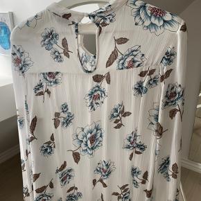 Sød bluse fra Fransa, rep af elastik ved knap påtrænges, derfor den billige pris. Se alle mine andre annoncer :-)
