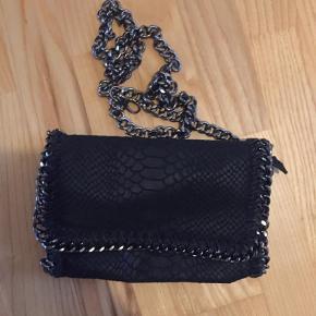 Varetype: Håndtaske Størrelse: Lille Farve: Sort Oprindelig købspris: 599 kr.