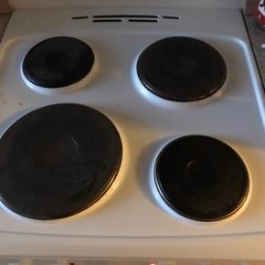 Komfur 5 år gammelt, ovnen trænger til en rengøring og en ny pære. Ellers fejler det intet. Kan afhentes i week for kun 200kr