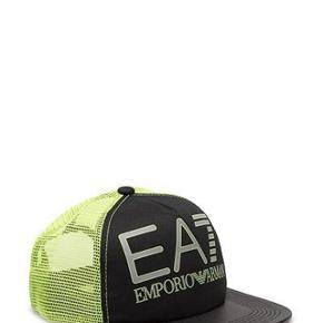 Varetype: EA7 CAP NY Størrelse: OS Farve: se billede Oprindelig købspris: 399 kr.  Fed CAP  100% bomuld, elastik bagpå