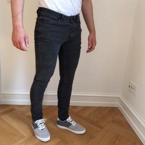 Sælger mine Jack & Jones Liam jeans i farven sort/mørk grå i størrelsen 31x32. Bukserne er aldrig vasket og kun prøvet på.  Jeg er 178cm til info.