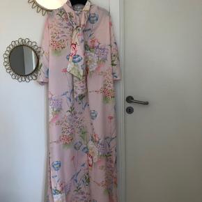 Overvejer at sælge min smukke vintage Dior kjole i den fineste lyserøde nuance med blomster. Perfekt til foråret/sommer. Størrelse M men passer også fint en S. Materiale er polyester. Kjolen sælges til 1500kr afhentet eller plus 38kr i DAO porto.