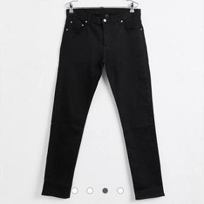 Weekday Friday Skinny Black Jeans 32/32. Bukserne er brugt 1 gang og vasket 1 gang, så de er altså helt nye. Køb til 250 og spar 100 kr!