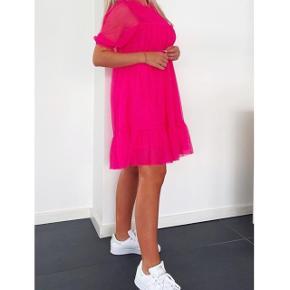 Sælger denne kjole, da det var et fejlkøb. Kjolen er normal i størrelsen, og er så god som ny.