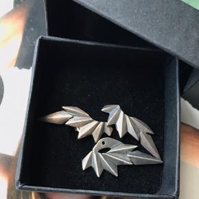 Øreringene sælges som sæt og er i oxyderet sølv. For ny koster en seperat del 500 kr. Byd gerne ☺️