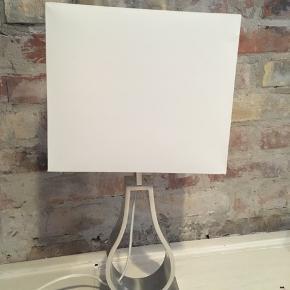Ikea Klabb, bordlampe, højde 44cm, hvid skærm, afbryder på ledning, alm. fatning. 50kr Kan hentes Kbh V