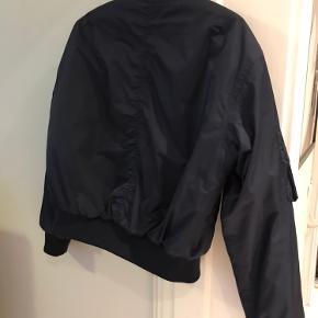 Ganni jakke i str XS, fremstår som ny. Super fed kvalitet. Perfekt bomberjacket til overgangsperioden.