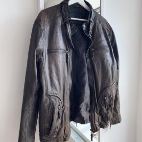 Flot brunlig læderjakke! 100% skind.