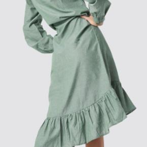 Flot kjole med flæse forneden  Tryk på billedet for at se det i fuld størrelse  str 38   brugt en dag...
