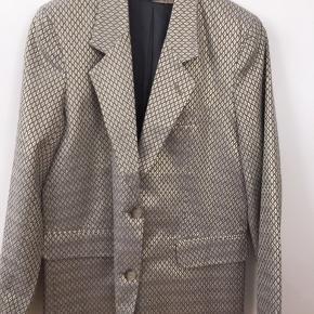 "Ny jakke, blazer, habitjakke. Er ikke figursyet men mere ""lige op og ned"" i faconen. Passer str M; 38 (måske en lille 40, L)"
