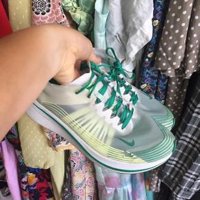 Seje Nike sneakers. De er en str 40,5, men er MEGET små i str, så de passes af en str 38,5-39.  De er i fin stand udover at striberne er begyndt at falde af - derfor den billige pris.