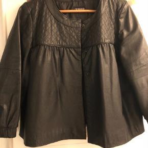 Varetype: Blazer Farve: Sort  Fineste læder jakke 👌🏻 2 Små huller da syning er gået op iforet inde i jakken under arme - ubetydeligt og kan hurtigt syes  Handles over mobile pay - ved køb over ts betaler køber alle gebyrer