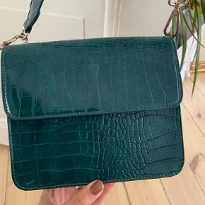 Hvisk taske. Unik blågrøn farve. Lidt slid men ikke store ting