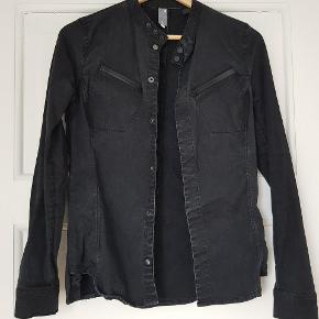 Den fedeste rå skjorte/jakke i vintage denim look, oprindelig købt for 1000 kr. Det er str L, men den er lille i størrelsen og passer en S/M. 1 stk trykknap nederst er faldet af, kun synligt på indersiden (se foto 3) Byd gerne.