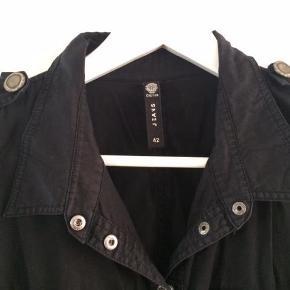 Varetype: Kort kjole Størrelse: L/XL Farve: Sort Oprindelig købspris: 699 kr.  Supersej kort sort kjole fra Créton Jeans.  Kjolen lukkes med rå trykknapper.  Der er stroplukninger med rå trykknapper oppe på skulderne. Kjolen har to tryklås lommer foran og to bagpå samt 2 skrålommer foran. Der er en løbegang i livet med et stofbælte der bindes foran.  100 % bomuld.  L: 94 cm. Brystmål: 2 x 49 cm  Der står str. 42 i kjolen. Men jeg vil helt klart vurdere den til at være en str. 40.  Se også mine andre kjoleannoncer her på Trendsales fra bl.a. Snob, St.-Martins,Vila, Créton, Container og Minimum.