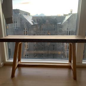 Træbænk sælges  Rigtig fin bænk og er lavet er en snedker, så den er ikke fra et mærke  Nyprisen var 2000kr  Skal afhentes i København