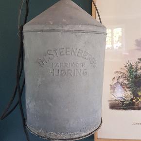 Fed loftslampe lavet af gammel spand til hønsefoder  40 cm høj  24 cm i diameter  Sort stofledning er monteret- måler ca 2,5 m