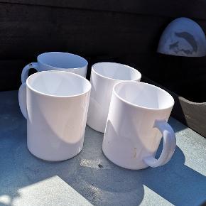 4 hvide kopper med hank i hård plads.  Som nye..  Ideelle til camping, picnic og lignende...  Afhentning i Skalborg eller sendes med DAO på købers regning.