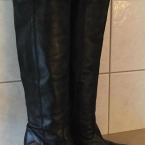 Varetype: Støvler Farve: Sort Oprindelig købspris: 1999 kr.  Super lækre lange støvler fra Billi bi, pæne og velholdte.  Chunky heel der gør dem yderst behagelig at gå i. Indvendig lynlås