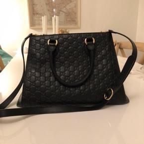 Sælger min Gucci taske, da den ikke bliver brugt, den fremstår derfor næsten som ny  Model: 453704  Købt i Milano, oktober 2017 Kvittering og dustbag haves  Np: 1690,00 EUR / 12630kr   Mp:7500kr