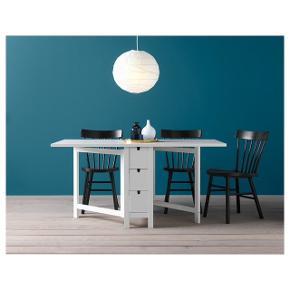 Hvidt IKEA fold ud bord. 6 skuffer i midten -3 på hver side af bordet. Meget praktisk bord, da det pladsbesparende design sørger for, at du kan indstille længden på bordet efter behov.  Længde: 26-89-152cm Bredde: 80cm Nypris 1.399kr Giv gerne et bud -kun til afhentning