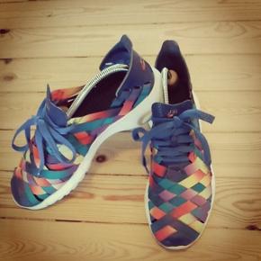 Lækkert multicolour sneakers fra Nike. Den er dejlig let og behagelig.  De er ikke brugt meget, da jeg er mere sort hvid typen.   Det er en 44.5 men fitter sagtens en 45, da den er fleksibel.  Pris. 500,-