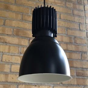 Flotte industrilamper fra Tyskland. Nænsomt restaureret. Højde 34 cm, Ø 22 cm. Pris pr. stk. 1350 kr. Køber du alle tre samlet så finder vi en god pris :)