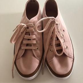 Dusty Rose Keisha sneakers fra Hilfiger str. 40. Aldrig brugt - kun prøvet. Ingen æske. Nypris kr. 700,- Sælges for kr. 225,- + Porto eller afhentet i Odense
