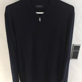 Cardigan i uld med lynlås. Mørkeblå/Navy i størrelse L.