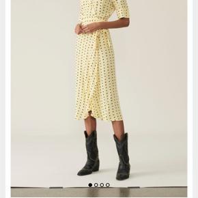 Ganni gul kjole  Np: 1299kr. Sælges da jeg ikke kan passe den. BYD!!