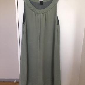 Super fin lysegrøn / mintgrøn silkekjole fra H&M Premium. Snittet er a-formet og lårkort og der er lægdetaljer nederst. Bærestykket / udskæringen skærer smalt / langt inde på skulderen som på en halterneck og dette stykke er lavet i mere shiny silke, hvor selve kjole fremstår i mat, vasket silke. Str. 36. Kom med et bud. NP: 700kr.  Varen befinder sig i 9520 Skørping. Sender med DAO.  Se også min øvrige annoncer. Jeg sælger tøj, sko og accessories. Pt er min shop fuld af vintagekup, high street fund og mærkevarer i mange forskellige str. Kig forbi og spøg endelig!!