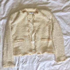 Tweed jakke fra mango i cremehvid. Jakken er i str. S-XS.  BYD en pris!