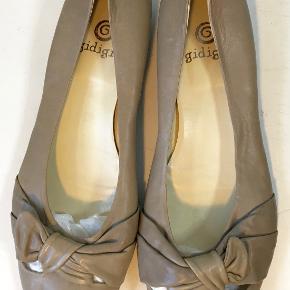 Superflotte sko i skind med sløjfe *S*  Den indvendige længde er 27,5 cm, hælen er 2 cm høj.  Bud fra kr 450 plus porto  Kan afhentes København, Østerbro  Bytter ikke