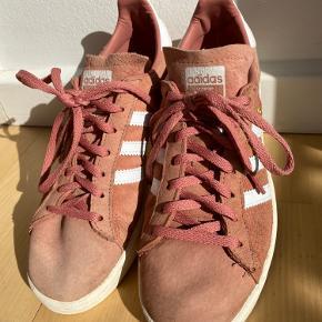 Flotte Adidas campus i lyserød. De er brugte og har derfor en smule slidtegn (ses mest på snuden) ellers en fin sko.