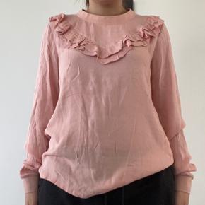 Fin bluse, fitter lidt oversize. Skriv privat for flere billeder og detaljer. Prisen kan forhandles. 3 for 2 på hele min profil